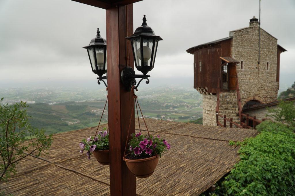 Widok z zamkowej restauracji na wieżę i okolicę